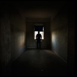 Ein Mann geht in ein Haus.