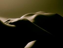 Ein Satz über ein fragiles Gemälde auf ihrem Bauch.