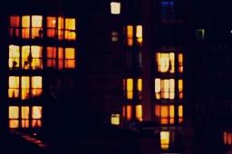 Das Kind am Fenster.