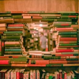 Dort, ein Buch.