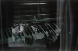 Fallende Klaviere.
