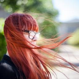 Ulla steht im Wind.